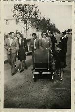 PHOTO ANCIENNE - VINTAGE SNAPSHOT - GROUPE MARCHE LANDAU MODE - FASHION WALKING