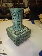 Vase en faience verte design signé H 1972
