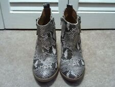 Universal Threads Snakeskin Faux Leather Ankle Boots Women's 6