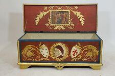 Cassapanca laccata e dorata con decorazioni a pastiglia