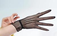 Gants courts noirs en résille chainettes sur le dos de la main pinup rétro glam