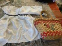 lot  vintage= 4piéces ,panier paille couleur +3vétements blancs poupée poupon