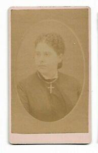 Non Identifié Femme Porte Un Croix ; Photo Par E M Baie, Bridgton, Me (4234)