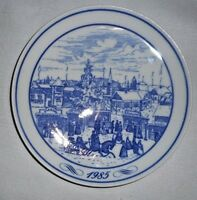"""HUTSCHENREUTHER 1985 """"WEIHNACHTSMARKT"""" Blue & White Wall Plate- Winter Scene"""