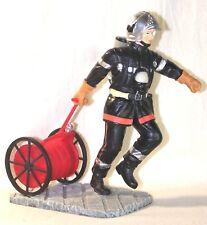 Statuette Sapeur Pompier tirant un dévidoir