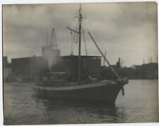 PHOTO PICTORIALISM SMALL BOAT GOING TO SEA.