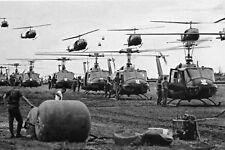 Militaria - Vietnam - Ballet d'hélicoptères Huey
