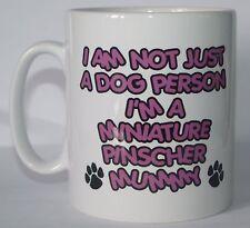 No sólo un perro persona soy un Pinscher Miniatura Impresa Taza-Regalo Presente Momia