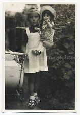 Kleines Mädchen mit Puppe und altem HASA-Kinderwagen - Altes Foto 1930er