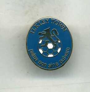 ILKLEY TOWN  FC  NON LEAGUE FOOTBALL PIN BADGE