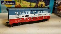 Athearn  HO State of Maine Plug Door Box Car BarTri Color #5226 rtr metal wheels