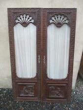 paire de porte en chêne sculptées scène personnage ancienne vitrée de placard.