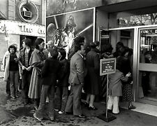"""LONDON """"STAR WARS"""" FANS WAIT TO BUY TICKETS FOR OPENING 1977  8X10 PHOTO (AZ121)"""