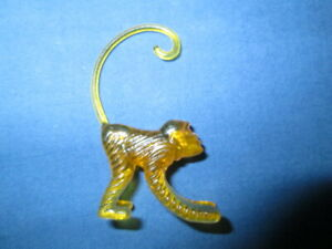 Affe Glasanhänger Glasmerker gelbfarben Kunststoff   H: ca. 4 cm  B: ca. 2 cm