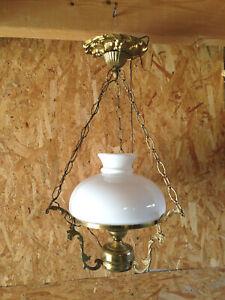 Ancienne lampe suspension laiton imitation lampe à pétrole abat joue en opaline