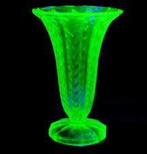 STUNNING VINTAGE GREEN URANIUM GLASS TRUMPET CHEVRON ZIGZAG PATTERN VASE 19cm HI
