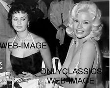 SOPHIA LOREN PEEKING A LOOK AT JANE MANSFIELD SEXY CANDID PHOTO PINUP CHEESECAKE