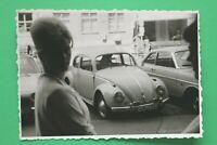 Foto Auto Oldtimer VW Käfer 1950-1970er Kennzeichen Landshut Frau Frisur Mode