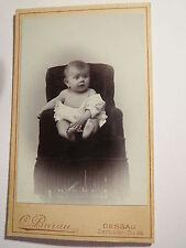 Dessau - in einem Sessel sitzendes kleines Kind - Baby - Portrait / CDV