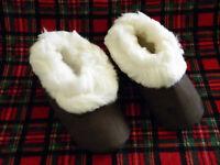 From Peru Brown Suede White Alpaca Fur Slippers Size Narrow W 10, M 8.5, Euro 42