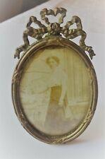 Cadre photo ancien à poser ou à accrocher en laiton doré avec photo d'époque