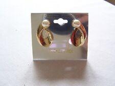 am11# Goldfarbene Ohrclipse mit weißer Perle