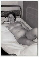 CHUBBY MATURE NUDE WOMAN ON BED / MOLLIGE NACKTE * Vintage 60s Amateur Akt Photo
