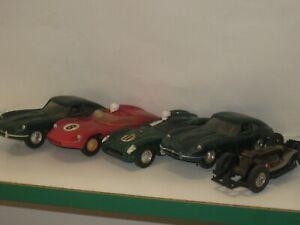 4 voitures et un chassis de voitures de circuits  électriques C24
