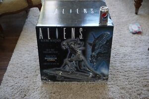 Aliens Warrior porcelain Statue Limited edition. - Attakus