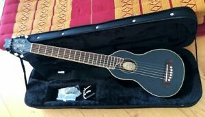 Gitarre Washburn Rover RO10, schwarz - Reisegitarre mit 45 Pleks & Kapodaster