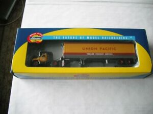 ATHEARN UNION PACIFIC MACK B W/ 40' TRAILER #93190 1/87 SCALE