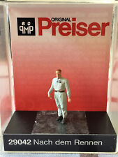 Preiser #29042 - After the race - HO Scale Model