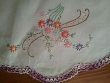 VINTAGE EMBROIDERED DOILY / CENTREPIECE