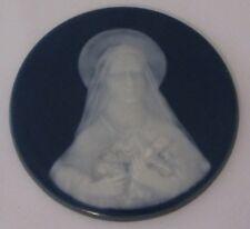 PLAQUE EN BISCUIT DE PORCELAINE signé CAMILLE THARAUD diamètre 10,3 cm PARFAIT