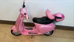 Barbiefahrzeug, rosa Motorroller mit Helm