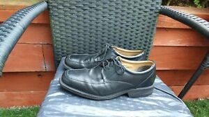 MENS BLACK LEATHER LACE UP SHOES BY CLARKS SIZE 8.5 STANDARD FIT.