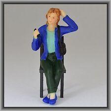 Dingler Handbemalte Figur Polyresin Spur 1 Frau sitzend, blaue Jacke (100211-02)