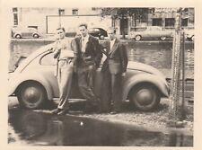 Foto Junge Männer vor VW Käfer Brezel Oldtimer