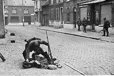 WW2 - Belgique - Blessé belge secouru par un soldat allemand en mai 1940