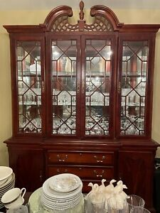 Beautiful antique China Cabinet in amazing condition, solid wood.See description