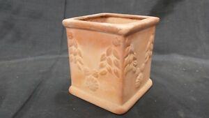 petit pot de fleurs de jardin en terre cuite décor de fleurs.