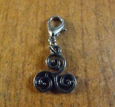 charms noir spirale triple ou triskel (symbole celtique) 16x13mm