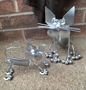 UNUSUAL PAIR OF METAL CATS HOME DECORATIVE ORNAMENTS WITH A SILVER FINISH