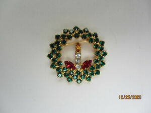VINTAGE GOLDTONE RHINESTONE RED GREEN CLEAR CHRISTMAS CANDLE WREATH BROOCH PIN