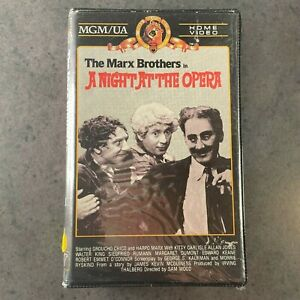 The MARX BROTHERS in A night at the opera VHS RARE clamshell video