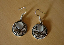 Zilverkleurige ronde oorbellen met strass-steentjes en lichtgrijze opale steen