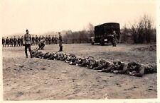 Foto deutsche Soldaten bei Übung liegen LKW Gelende in Buxtehude Militärfahrzeug