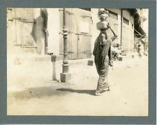 Inde, Femme portant des pots, ca.1910, vintage silver print Vintage silver print