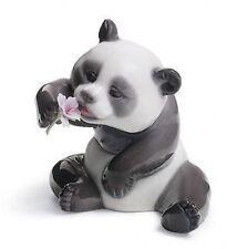 LLADRO Porcelain : A CHEERFUL PANDA (01008358)