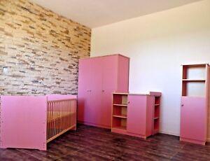 Babyzimmer Komplett Set Babybett Umbaubar Kommode Schrank Regal Rosa weiß Gravur